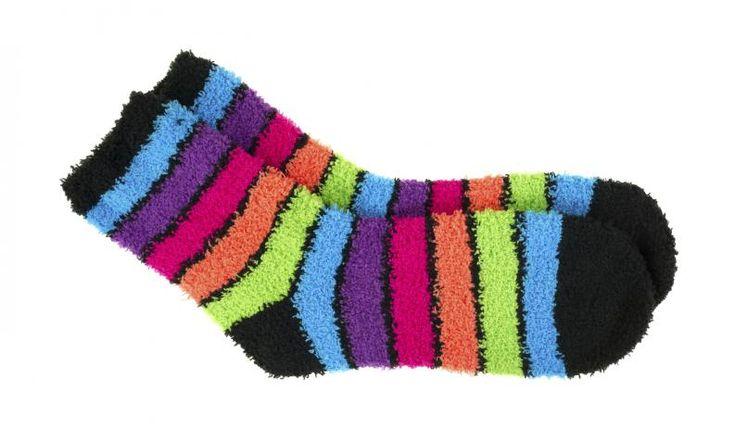 Los calcetines nos dan mucho juego a la hora de inventar. Podemos hacer peluches, como conejos, marionetas, guantes, etc. En nuestro caso haremos marionetas, pegándola ojos y haciéndole la boca con un trozo de cartulina. Cada uno lo hará como más le guste.
