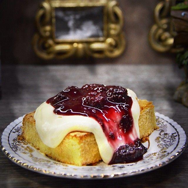 Victoria's sponge cake: Αφράτη ζύμη βανίλιας με βελούδινη κρέμα και βατόμουρα. Victoria's Sponge Cake αλλιώς η λευκή απάντηση στο mud pie.