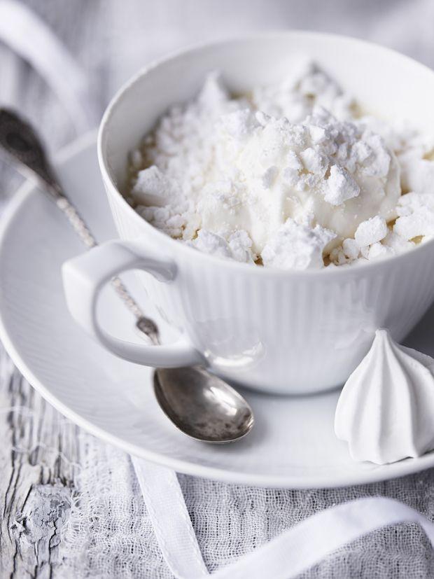 Prøv med en forfriskende dessert i den søde juletid. Moussen her er på en gang frisk og sød. Få opskriften på appelsinmousse med marengs her!