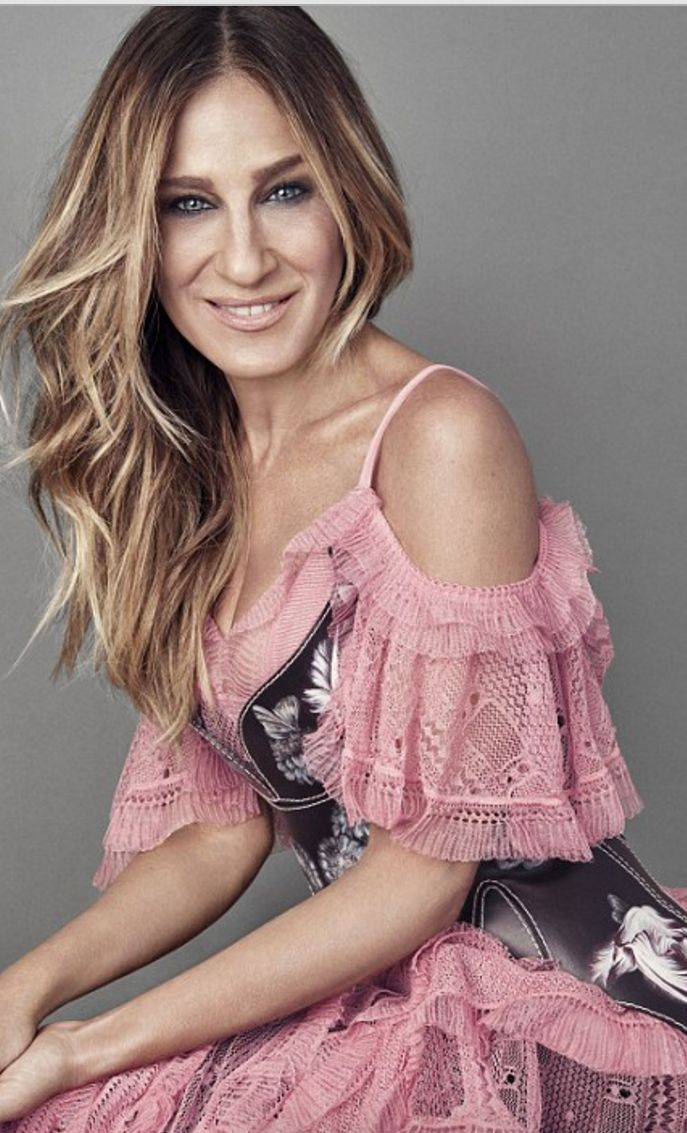 Who made  Sarah Jessica Parker's pink lace dress and black leather corset? in A. Mcqueen