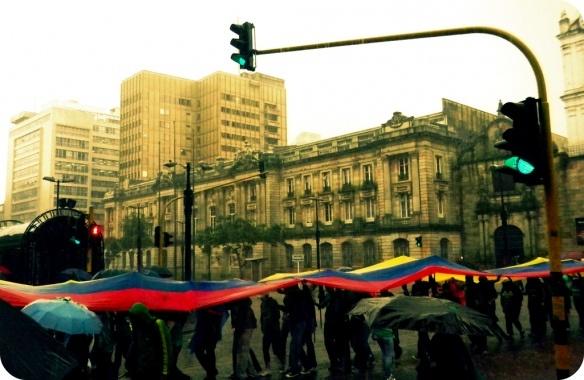Bandera bajo la lluvia en Bogotá. #ParaguasConArte