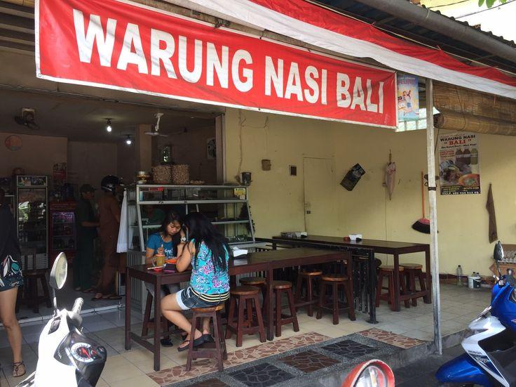 Warung Nasi Bali 地元っ子から在住外国人に人気の食堂 インドネシアのランチといえばワンプレートにご飯とおかずが盛られたナシチャンプル!ここ、ワルン・ナシ・バリではバリ料理(豚肉を使ったおかず入り)のナシチャンプルが堪能できる。 ナシチャンプルをオーダーすると、少し辛めのスープも付いてくる。 店舗情報 店舗名 Warung Nasi Bali ワルン ナシ バリ 地域 クロボカン地区 住所 Jalan Tangkuban Parahu No. 6D, Kerobokan Kelod, Kuta, Kabupaten Badung, Bali 電話番号 +62 361 7472408 営業時間 8:00-15:00 お支払い 現金(Rp.) 送迎 なし その他 隣にサロン用品店あり