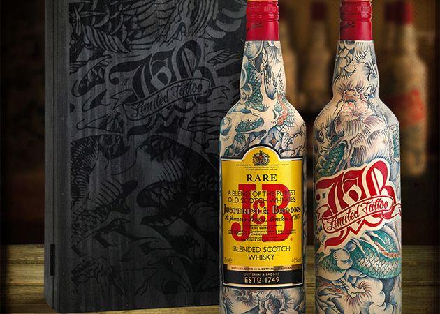 Гордость шотландцев – бренд J&B выпустил оригинальную серию своего нового виски.Каждая бутылка обтянута латексом и имеет индивидуальную татуировку. Парижский татуировщик Себастьен Матье ле Сфинкс «упаковывал» вручную, для того что бы расписать каждую бутылку у него уходило около 20 часов работы. Для того что бы наносить татуировки на бутылки, мастер обтянул их латексом, который по своим свойствам похож на человеческую кожу. #виски #тату #tattoo
