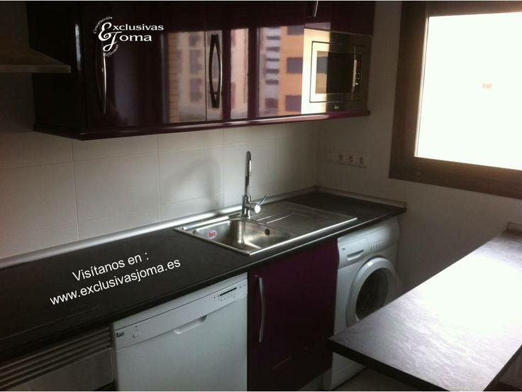 nueva cocina instalada en el nuevo tres cantos en color berenjena alto brillo con tirador en