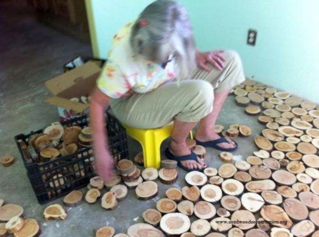 Die Frau legt ein Holz neben das andere auf den Boden. Was dann entsteht - WOW! | LikeMag | We Like You