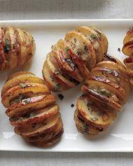 Pečené nakrojené  brambory se šalvějí