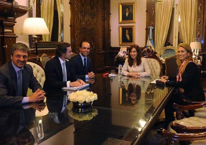 La presidenta recibió a representantes de Cervecería y Maltería Quilmes, quienes le anunciaron la inauguración de su nueva planta de fructosa en Zárate.   Forma parte del Plan de Inversiones 2014 – 2015 para Argentina, por un monto de $3.867 mil ($620 millones correspondientes a la Planta de Fructosa)