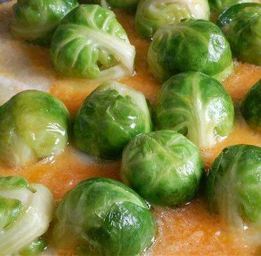 Приготовьте брюссельскую капусту: удалите внешние листья и ножки. Промойте в воде с уксусом или лимонным соком. Вскипятите соленую воду, отправьте туда горсть капусты и закройте крышкой: когда вода снова будет закипать, всыпьте еще горсть. Когда вся капуста окажется в кастрюле – снимите крышку, чтобы овощи не потеряли своего естественного зеленого цвета. Общее время приготовления 20-25 минут.