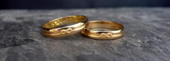 Alianzas en oro amarillo con detalle en relieve de simbolo del infinito. Hechas a mano.