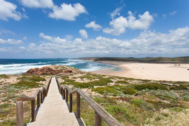 Les plus belles plages de l'Algarve | Via Lonely Planet France | 5/006/2014 Le splendide littoral de l'Algarve, qui s'étire sur plus de 150 km le long de l'Atlantique, offre une incroyable diversité et une profusion de plages séduisantes. Voici les 10 plus belles selon Lonely Planet. #Portugal