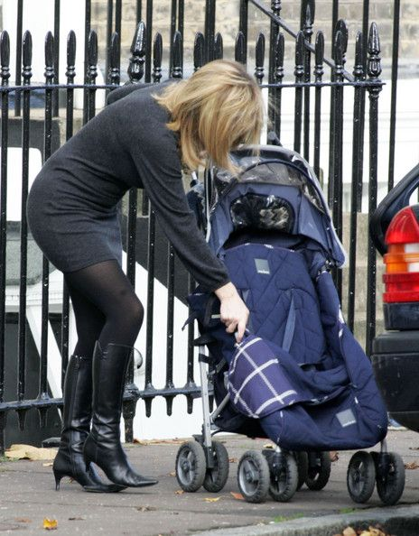 Kate Garraway Photos Photos - GMTV presenter Kate Garraway reveling in her yummy mummy status. Kate looked effortlessly stylish and well turned out as she carried out domestic chores with her child. - Kate Garraway Running Errands