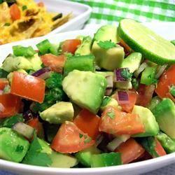 salade van avocado, tomaat en paprika