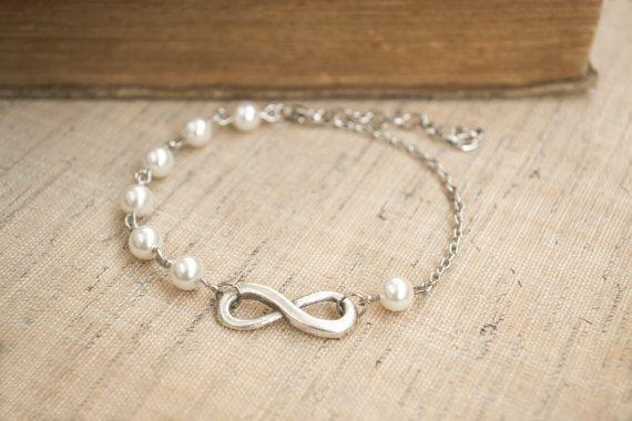 Bracciale di infinito. Bracciale di perle di Swarovski bianchi. Amicizia, dono di damigella d'onore. Dainty, femminile. Infinito e gioielli di perle. Rodiato