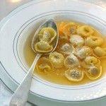 Scopri un primo piatto caldo e tradizionale da consumare in famiglia nei giorni di festa. Prova la ricetta degli anolini in brodo proposta da Sale&Pepe.