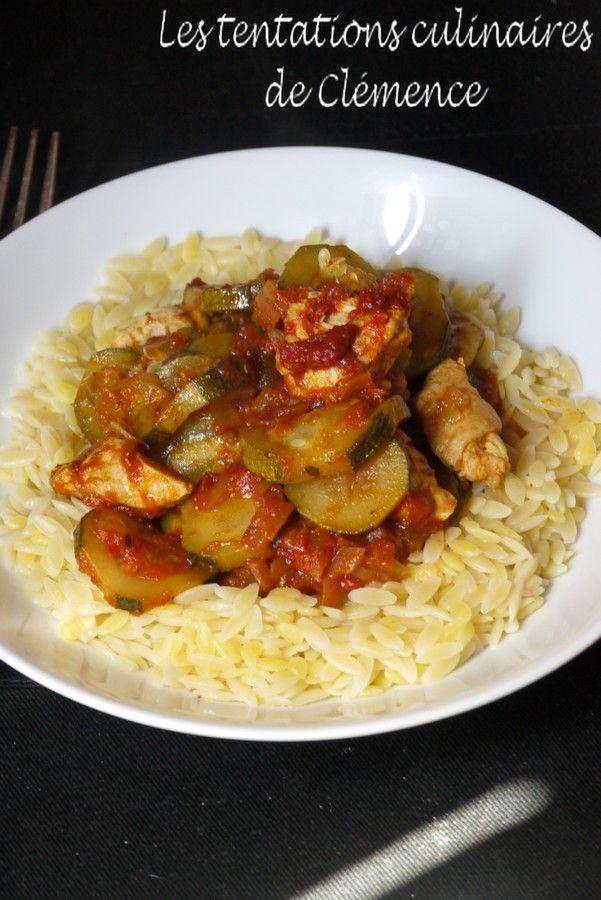 Voici un petit plat facile qui a déjà été fait à plusieurs reprises. Accompagné de semoule, de riz, de pâtes, tout lui va ! 1 oignon 4 courgettes 2 filets de poulet 1 gros pot de sauce tomate maison 1,5 cs d'épices à tajine (mélange 2 cs de cannelle moulue,...