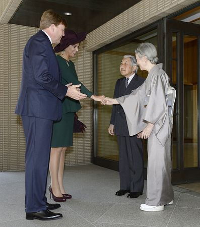オランダのウィレム・アレクサンダー国王夫妻を出迎えられる天皇、皇后両陛下=30日午後、皇居・御所(代表撮影) ▼30Oct2014時事通信|両陛下、オランダ国王夫妻と昼食会=皇太子ご夫妻も歓談 http://www.jiji.com/jc/zc?k=201410/2014103000752 #Emperor_Akihito #Empress_Michiko #Willem_Alexander #Queen_Máxima
