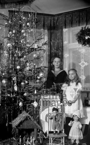 Kinder unter dem Weihnachtsbaum in Bayreuth, 1934 Dillo/Timeline Images #30er #Festlichkeiten #Geschenke #Junge #Kinder #Mädchen #Puppen #Weihnachten #Bescherung #Weihnachtsbaum #Weihnachtsfeier #Weihnachtskrippe #Heiligabend #christmas #historisch #schwarzweiß