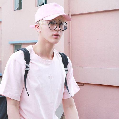 Jin fica tão lindo de rosa