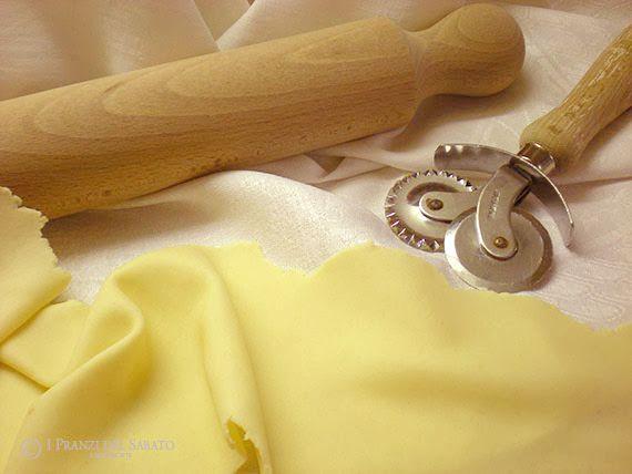 È un tipo di pasta molto usata in Sardegna, sia per preparare dolci, come le seadas e le formagelle, che per torte e preparazioni salate quali le panadas...