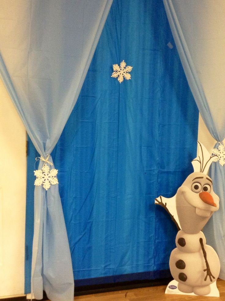 Awesome backdrop for a #frozen themed photo booth!