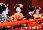 花街総見 歌舞伎界と花街は密接なつながりがあり、顔見世の前半には京都五花街の芸舞妓による総見(そうけん)が続きます。両桟敷を彩るきれいどころと舞台のスターたち。この日、たまたま来合わせた観客はまさに両手に花の気分が楽しめることでしょう。