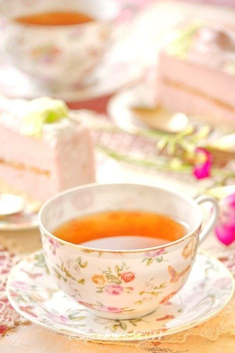 Tea anyone? Bright floral tea party tablescapes are just calling spring's name! #VisionsOfSpring #Gilt