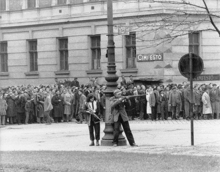 Tra il 23 e il 24 ottobre 1956, Epoca, settimanale allora diretto da Enzo Biagi, inviò Mario De Biasi a Budapest, dove vi arrivò in modo fortunoso e rimase – unico fotografo europeo con Erich Lessing - per ore sotto il fuoco dei rivoluzionari, documentando l'ingresso dei carri armati sovietici, i massacri, la rabbia, i morti impiccati nelle strade e il dolore della popolazione. Il risultato di questo breve ma intenso soggiorno furono immagini crude e senza retorica, che testimoniarono i…