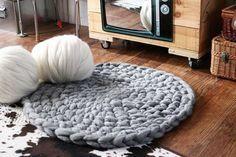 「アームニッティング」 この言葉、初めて聞く人も多いのではないかと思います。日本語に訳すと「腕編み」。普通、編み棒に毛糸をかけて編んでいくものですが、うで編みでは道具を一切使わずに自分の腕を使って毛糸をかけて行くんです。 編み棒よりうんと太い自分の腕を使う事で、ざっくりとした優しい風合いの編み物が出来上がるんですよ。