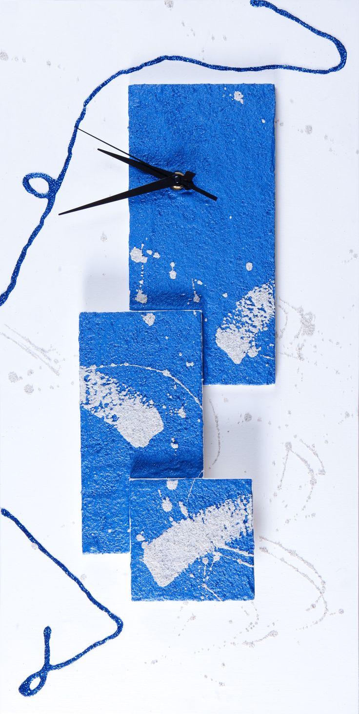 Orologio da parete decorato con sabbia. Creazione di artigianato artistico prodotta da Fantasie di sabbia. Dimensioni: 60x30 cm. Pezzo unico. Possibilità di personalizzazioni su commissione.
