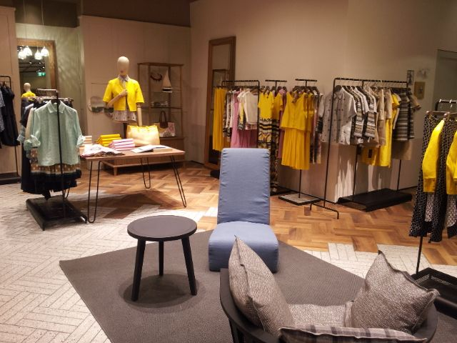 MaxMara: wood matches together with ceramic for covering Abu Dhabi Store. A project realized in collaboration with Marazzi.