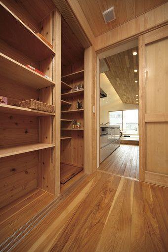キッチンからパントリー(食品庫)へ。缶詰やお酒、米など、常温保存に適した食品がたくさん収納できる。可動棚も使い勝手がよさそう。