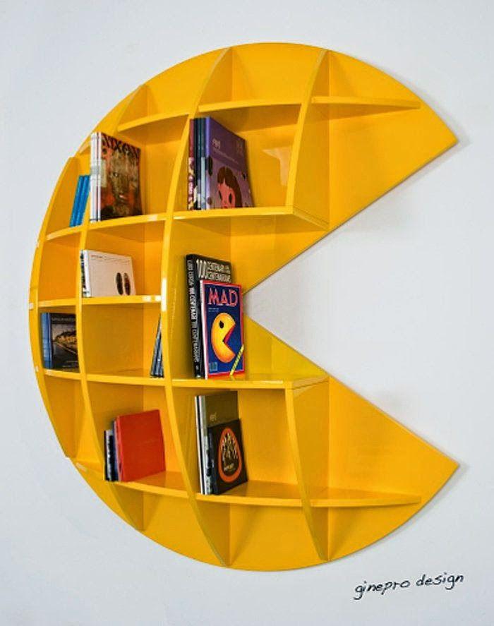 un hermoso estante para colocar los libros y juegos