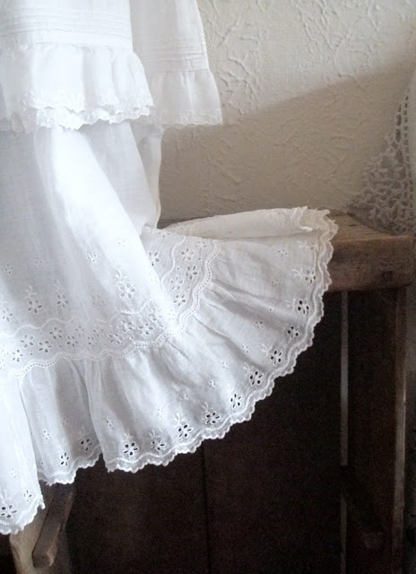 Cabin & Cottage : Pretty, lace/ruffle style table cloth~❥