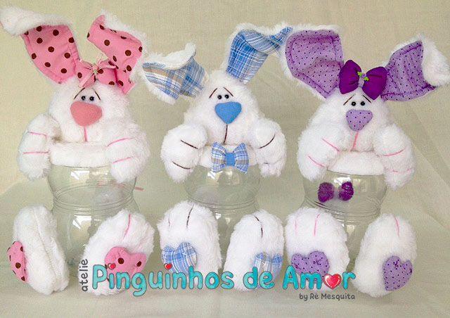 Os coelhos(as) são feitos em pelúcia e tem aproximadamente 33cm de altura, o pote é de material plástico e transparente, cabe uma caixa de bombom.