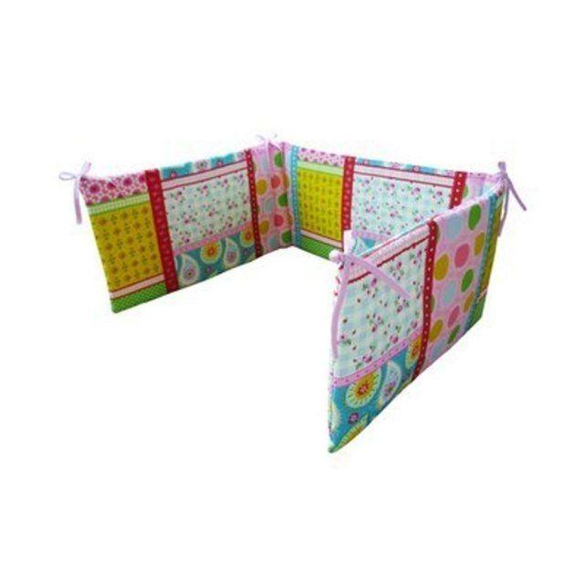 Ce superbe tour de lit tout doux et douillet offre confort et sécurité dans le lit de bébé.     Avec ses liens à nouer, le tour de lit décore le lit et se fixe en toute simplicité.                                       Dim. :            180 x 35 cm                                            Adaptée pour des lits bébé d'une largeur de 60 cm à 70 cm.Instructions d'entretien:Blanchissage: Ne pas blanchirEntretien textile professionnel: Pas de nettoyage à secLaver: Cycle de lavage normal…
