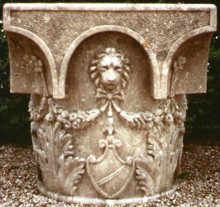 weelhead decorated in italian Vicenza limestone - design by Garden Ornaments Stone srl - www.gardenorn.com