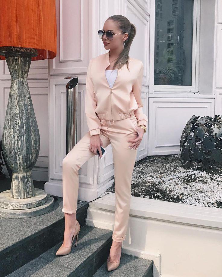 3,864 отметок «Нравится», 8 комментариев — Алёна Вражевская (@alyona_vragevskaya) в Instagram: «В этом сезоне очень актуальны костюмы из шёлковых и атласных тканей, мой персиковый костюм…»
