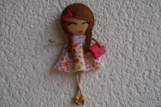 broche muñeca con vestido de flores y cartera de mano  fieltro y tela cosido  y pegado