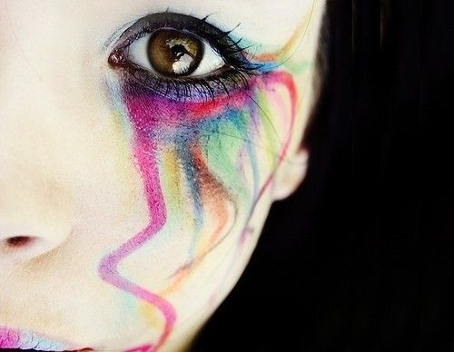 Trucco occhi colorato con sbavature sul viso