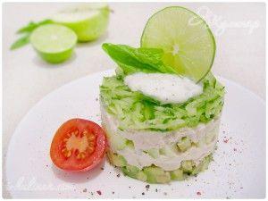 Слоеный салат с курицей и авокадо