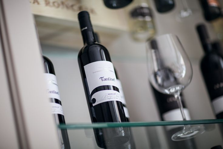 Ruby #red with garnet glints, with a #bouquet of forest fruits and a smooth, rounded #palate. #Classic and always #loved, this #wine is part of the story of #FriuliVeneziaGiulia🍷  #Fantinel #BorgoTesis #Merlot #wine #redwine #italianwine #oaked #fvg #tradition #history #quality #excellence #wineoclock #bottles #taste #enjoy #drinkresponsibly