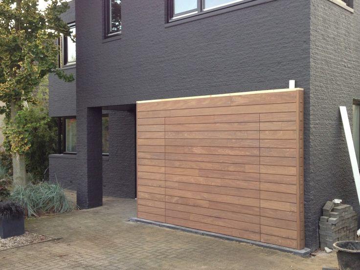 Deze elektrisch houten sectionaaldeur is gemonteerd in Beuningen. Een prachtige houten garagedeur welke gelijk strookt met de wand. De houtsoort die hierbij gebruikt is is Afrormosia.