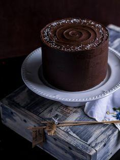 Шоколадные бисквиты наполнены насыщенным шоколадным вкусом, мягкие, но в то же время достаточно крепкие, они отлично держат крем и форму торта. Карамельный крем и прослойка сливочной карамели чудесно работают в тандеме с шоколадом, а шоколадно-карамельный ганаш, которым покрыт торт снаружи, полностью раскрывает шоколадную тему. Небольшой пикантный штрих - хлопья крупной морской соли.