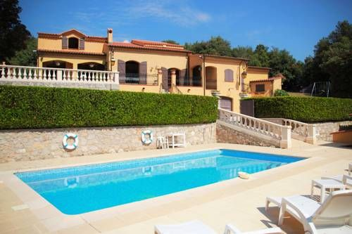 El Nido Peille Set in Peille in the Provence-Alpes-Côte d'Azur Region, this detached villa features a terrace and a garden with an outdoor pool and a year-round outdoor pool. The unit is 12 km from Nice. Free WiFi is featured throughout the property.