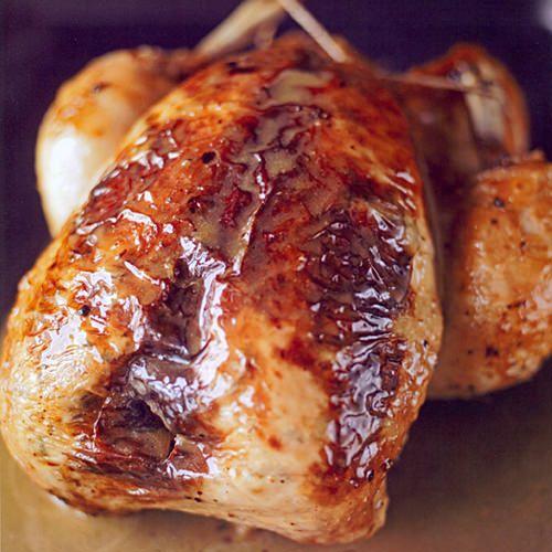 Gebraden kip met citroen, tijm en knoflookboter, uit het kookboek 'Verborgen smaken' van John Burton Race. Kijk voor de bereidingswijze op okokorecepten.nl.