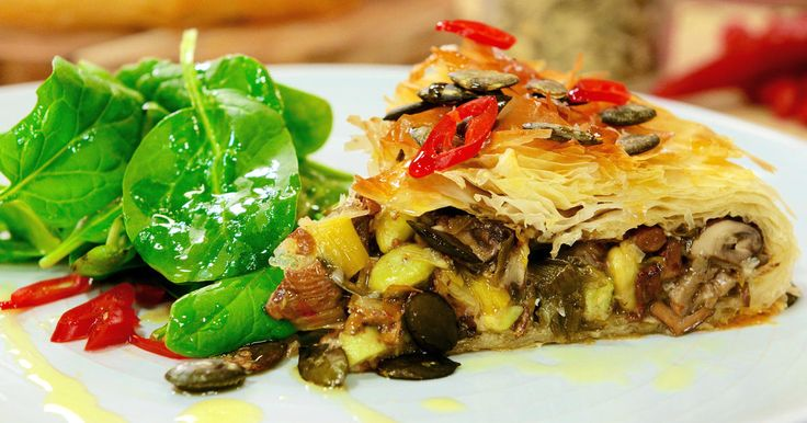 Vegetarisk filodegspaj fylld med champinjoner, kantareller och sojabönor. Perfekt som middag på en veggiemåndag!