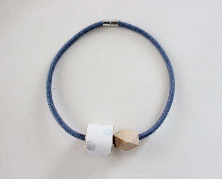 Collana 1001 con cavo elettrico rivestito in cotone color denim, dettaglio in legno con carta da parati bianca a pois azzurri, grigi, gialli di IlluminoHomeIdeas su Etsy