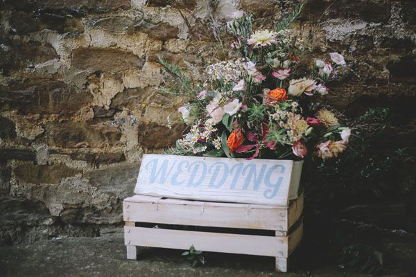 wedding sign on a wooden crate http://weddingwonderland.it/2015/05/matrimonio-rockabilly-colorato.html