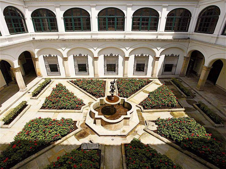 La historia del Palacio de San Carlos se remonta a finales del siglo XVI, cuando Francisco Porras Mejía, arcediano de la Catedral ordenó su construcción.