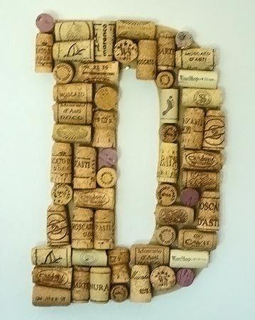 Letra revestida com rolhas de vinho